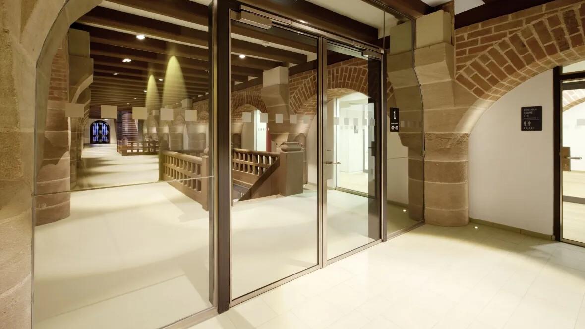 Jugendherberge Kaiserburg Historischer Gang mit moderner Glastür – Forbo Linoleum Walton