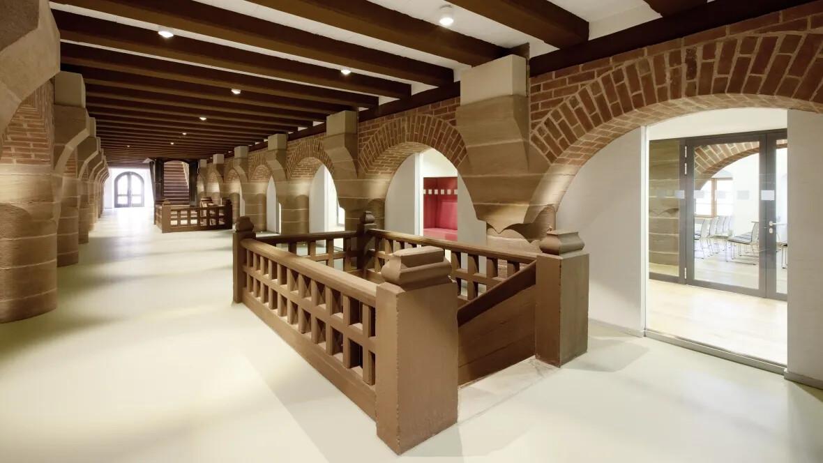Jugendherberge Kaiserburg Historische Steintreppe – Forbo Linoleum Walton