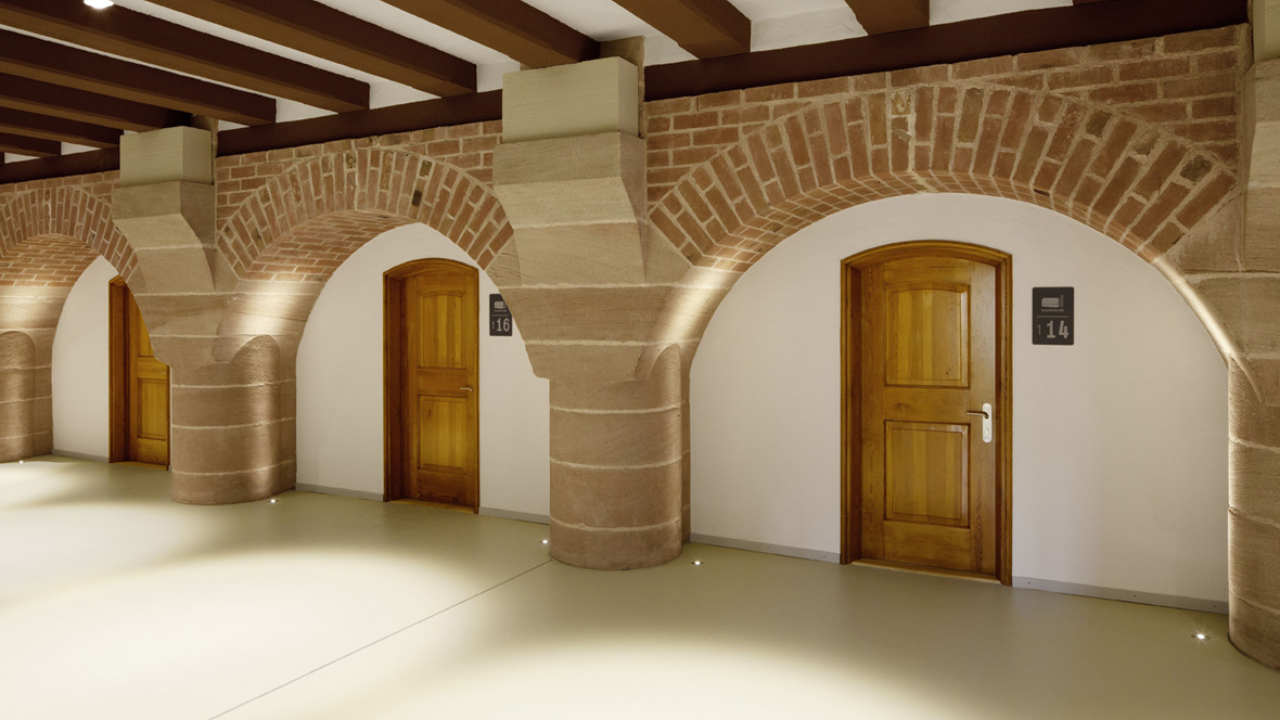 Jugendherberge Kaiserburg Gewölbebogen mit Holztüren – Forbo Linoleum Walton