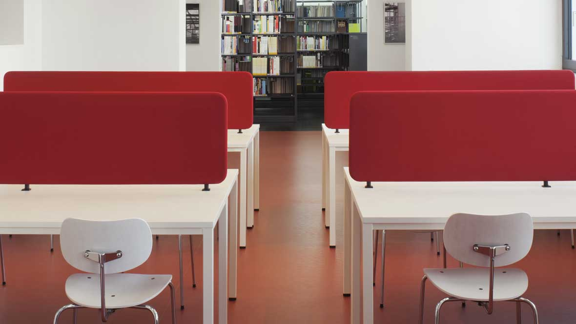 Neue Bibliotheken im Bauhaus Dessau Detailaufnahme Lesetische mit Schallschutzwänden – Forbo Marmoleum Walton