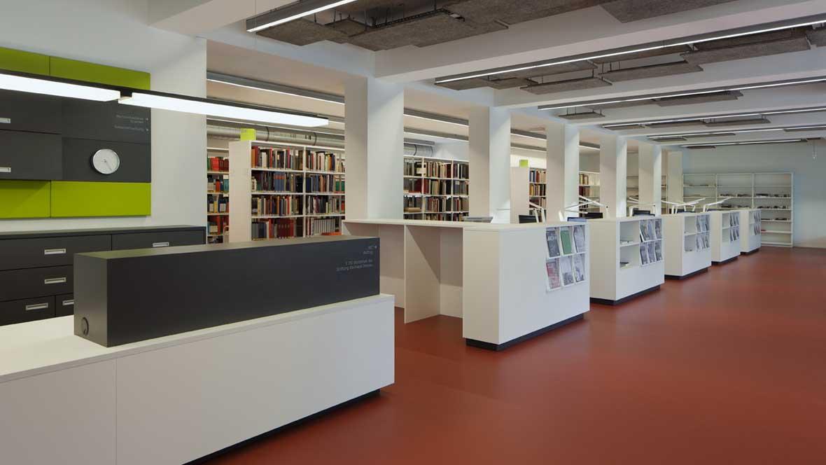 Neue Bibliotheken im Bauhaus Dessau Bücherregale– Forbo Marmoleum Walton