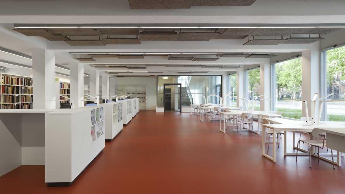 Neue Bibliotheken im Bauhaus Dessau Bibliotheksraum mit rotem Boden – Forbo Marmoleum Walton