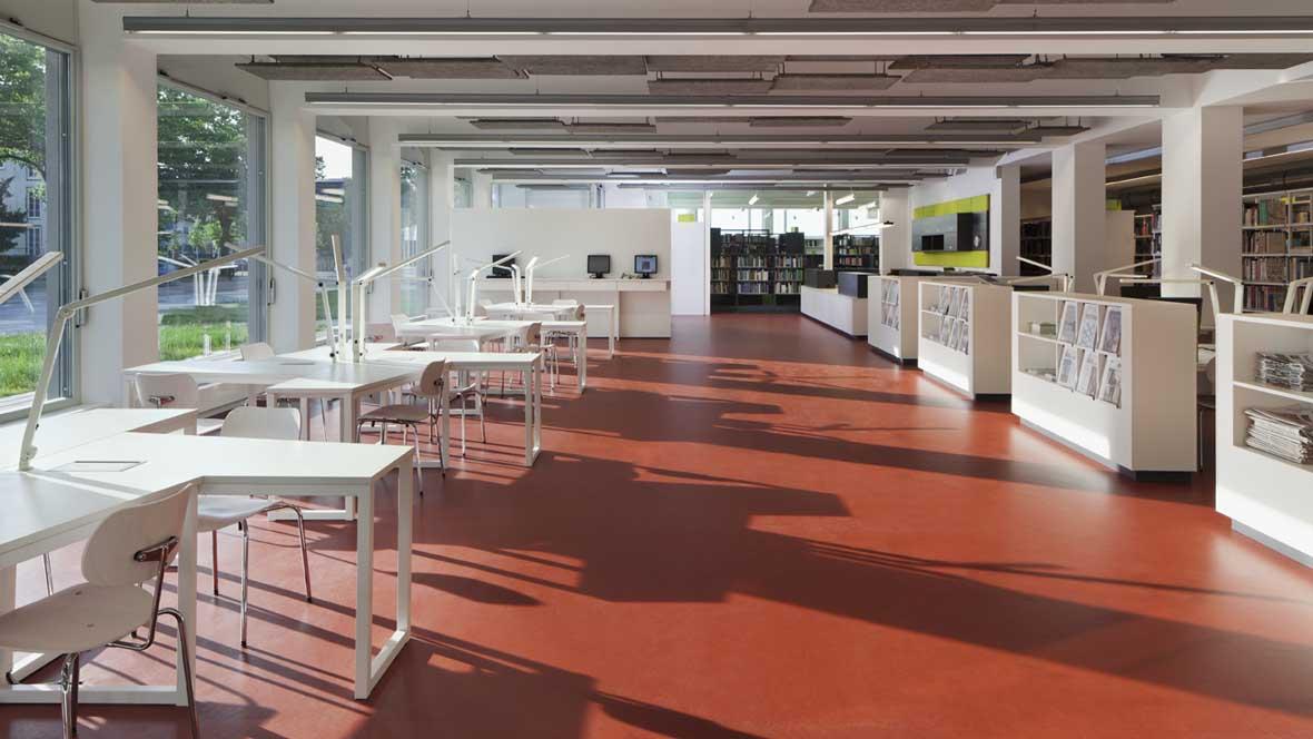 Neue Bibliotheken im Bauhaus Dessau Raum mit rotem Boden und weißen Wänden – Forbo Marmoleum Walton