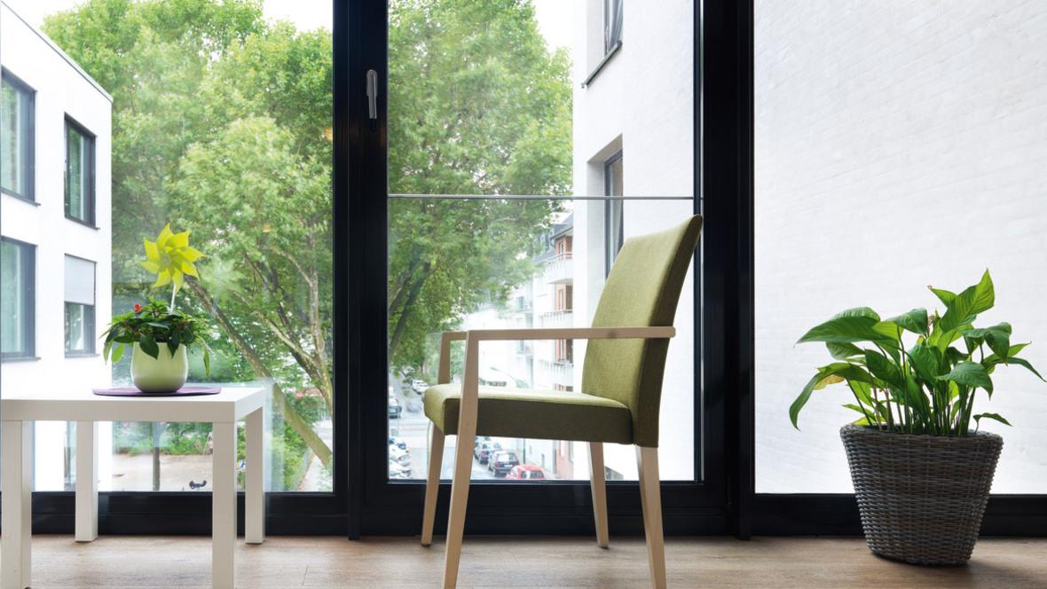 Ferdinand-Heye-Haus Düsseldorf Stuhl vor Fenster – Forbo Allura Wood