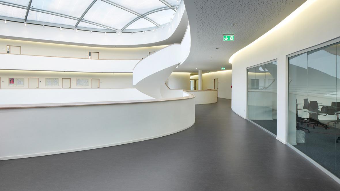 Neues Gymnasium Bochum Detailaufnahme Aschfarbener Bodenbelag – Forbo Marmoleum Fresco