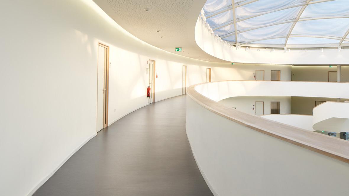 Neues Gymnasium Bochum Lichtdurchfluteter gebogener Flur – Forbo Marmoleum Fresco