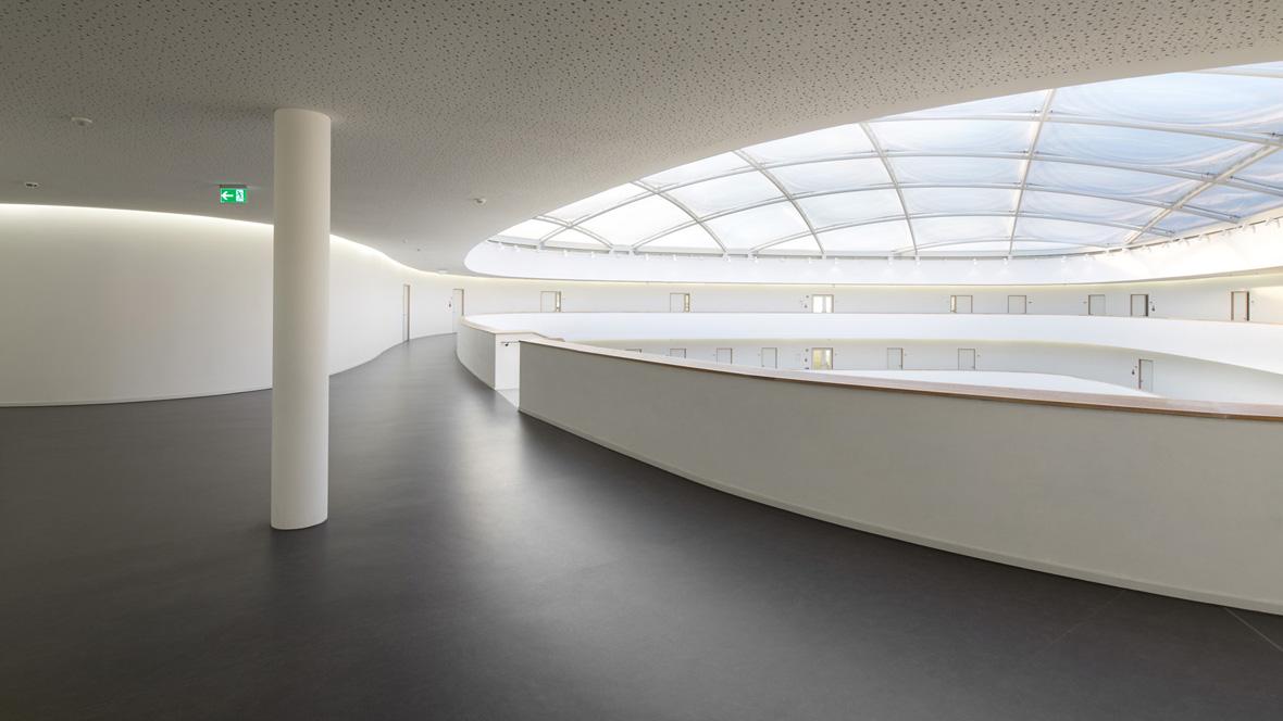 Neues Gymnasium Bochum Blick auf Glaskuppeldach – Forbo Marmoleum Fresco