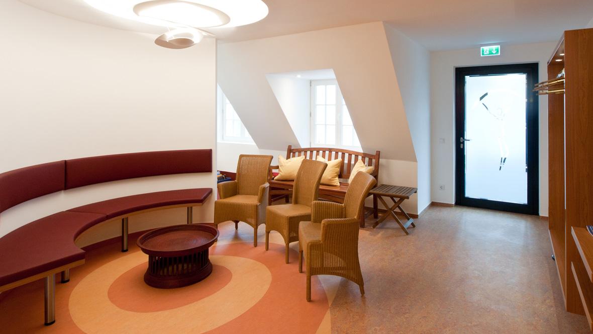 Gynäkologische Praxis in Witten Sitzgelegenheiten auf personalisiertem Bodenmotiv – Forbo Marmoleum Real