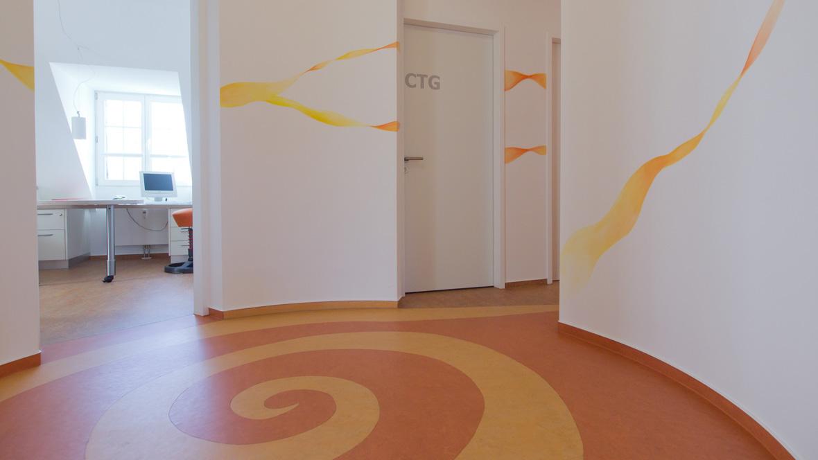 Gynäkologische Praxis in Witten Bank vor bemalter Wand – Forbo Marmoleum Vivace