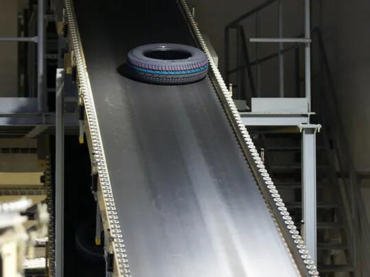 Inclined tire transport 1 - Reifenindustrie