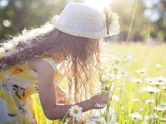 Forbo_Frau-mit-Blumenwiese
