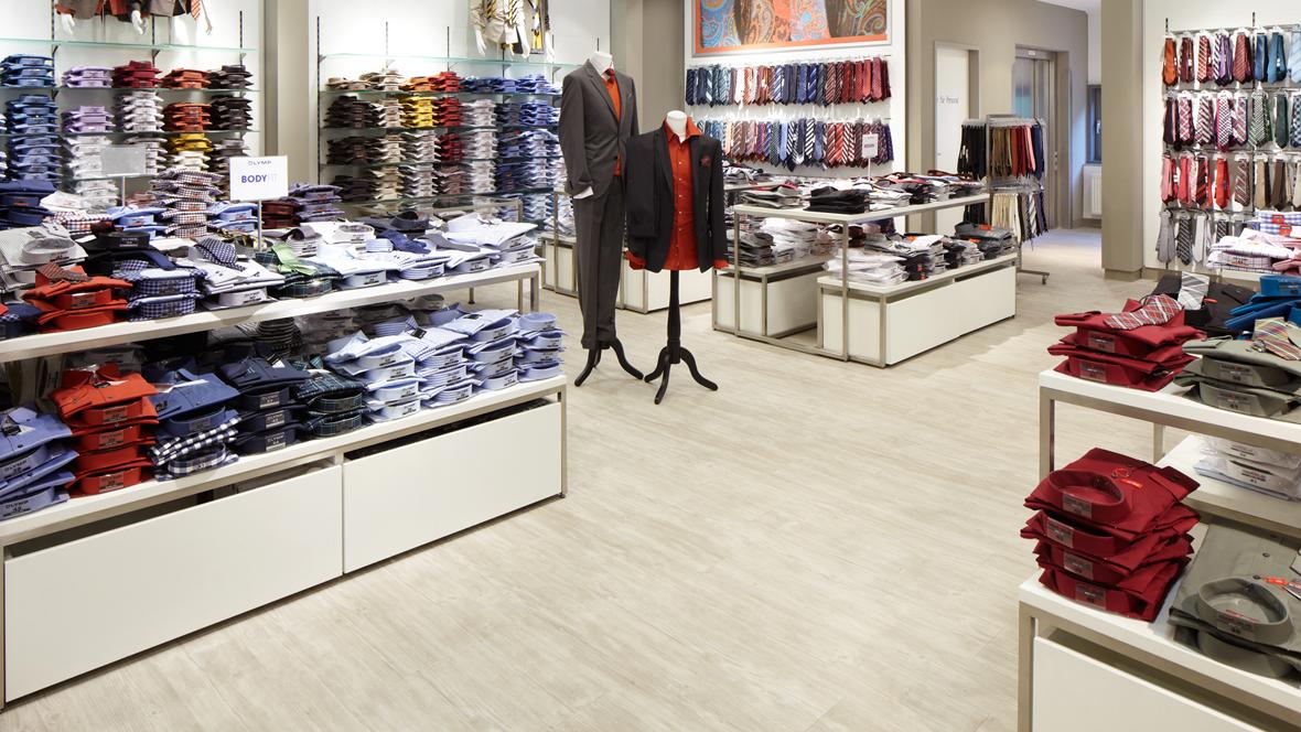 Baltz im Ruhrpark Nahaufnahme Designboden im Kleidungsgeschäft – Forbo Allura Wood