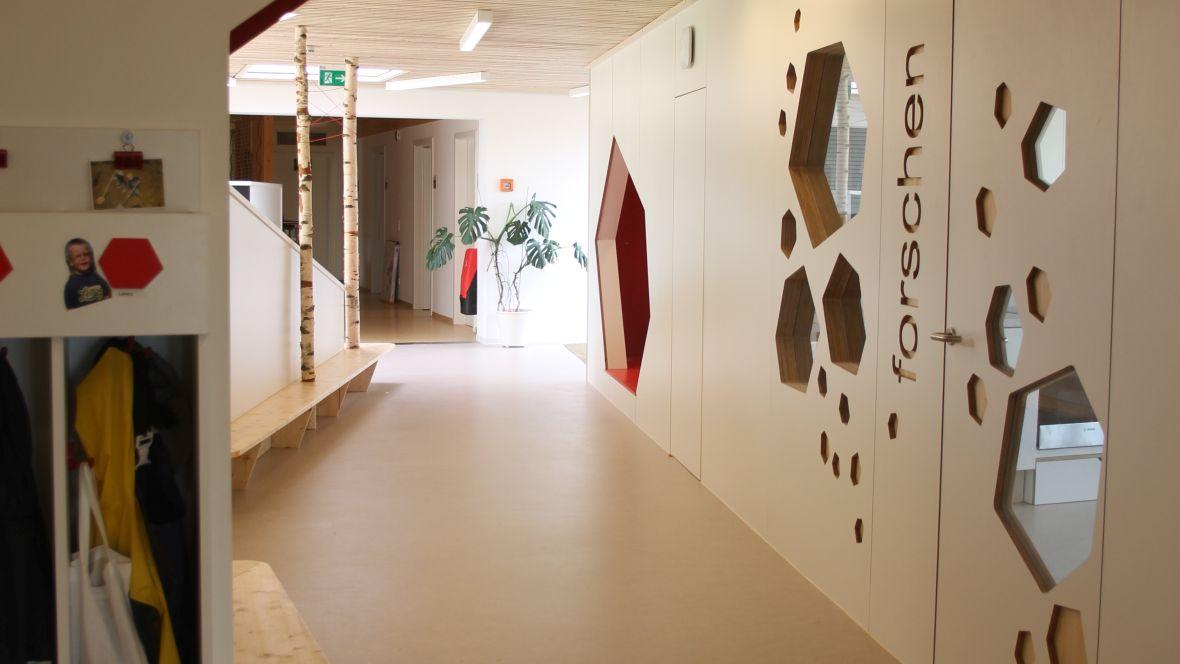 Kindertagesstätte juwelchen Wörrstadt Wand und Tür im Gang mit Ausschnitten – Forbo Marmoleum