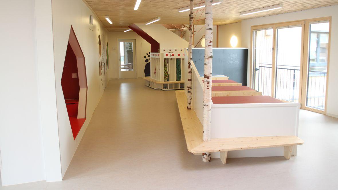 Kindertagesstätte juwelchen Wörrstadt Baumstämme in Kindermöbel integriert – Forbo Marmoleum