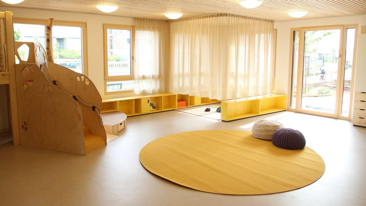 Kindertagesstätte juwelchen Wörrstadt Kletterbereich im Spielzimmer – Forbo Marmoleum Fresco