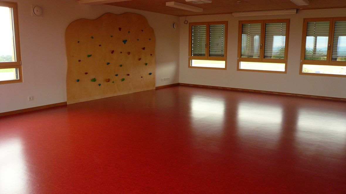 Kindertagesstätte juwelchen Wörrstadt Raum mit rotem Boden und Kletterwand – Forbo Marmoleum Real