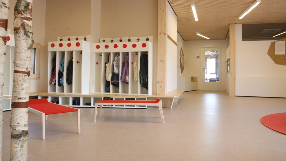 Kindertagesstätte juwelchen Wörrstadt Garderobe mit Kinderkleidung – Forbo Marmoleum