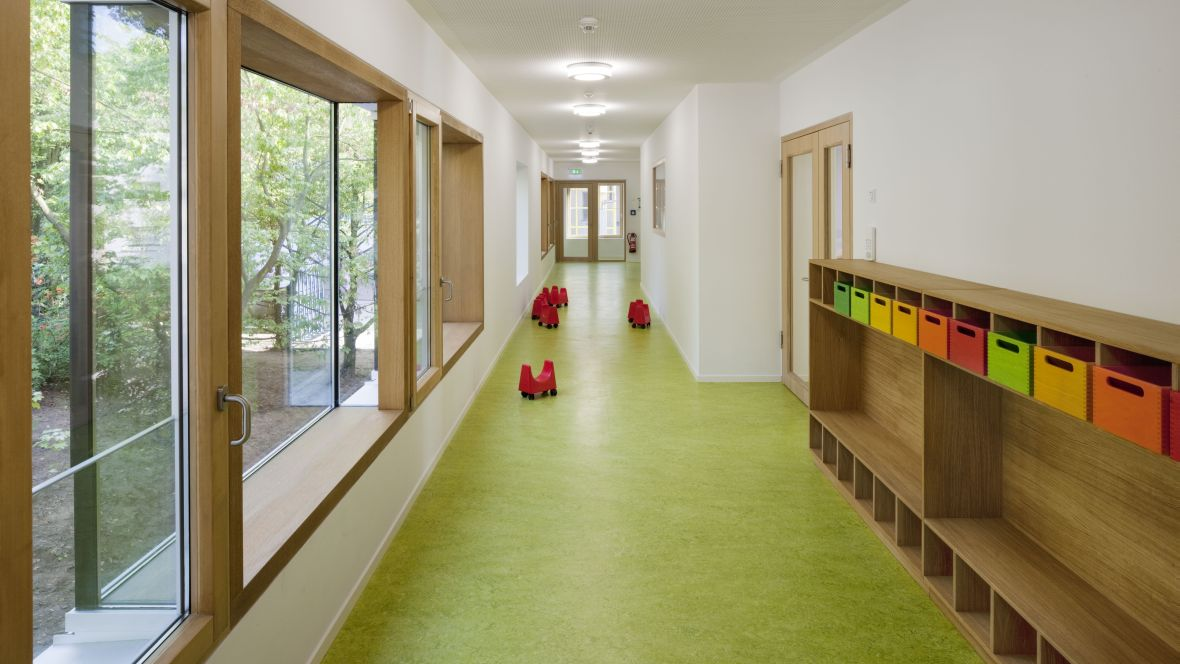 Kinderkrippe Darmstadt Flur mit Garderobenelement - Forbo Marmoleum Decibel