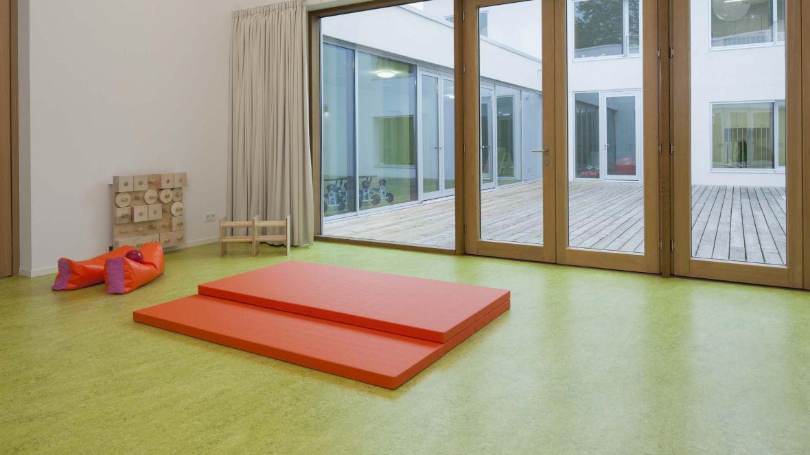 Kinderkrippe Darmstadt Turnmatte auf grünem Boden - Forbo Marmoleum Decibel