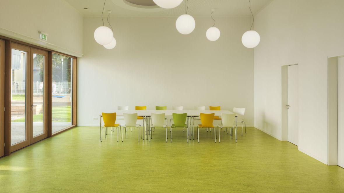 Kinderkrippe Darmstadt Raum mit langem Tisch und Stühlen - Forbo Marmoleum Decibel