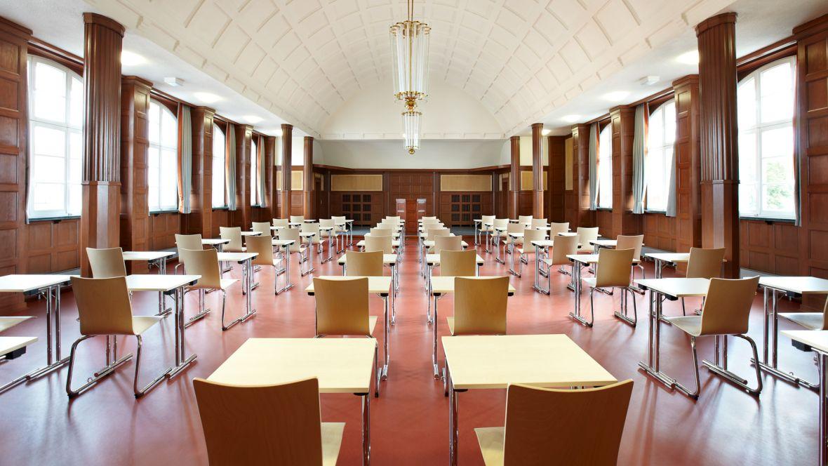 Maria-Lenssen-Berufskolleg Mönchengladbach Stühle und Tische in Reihe für Prüfung – Forbo Marmoleum Walton