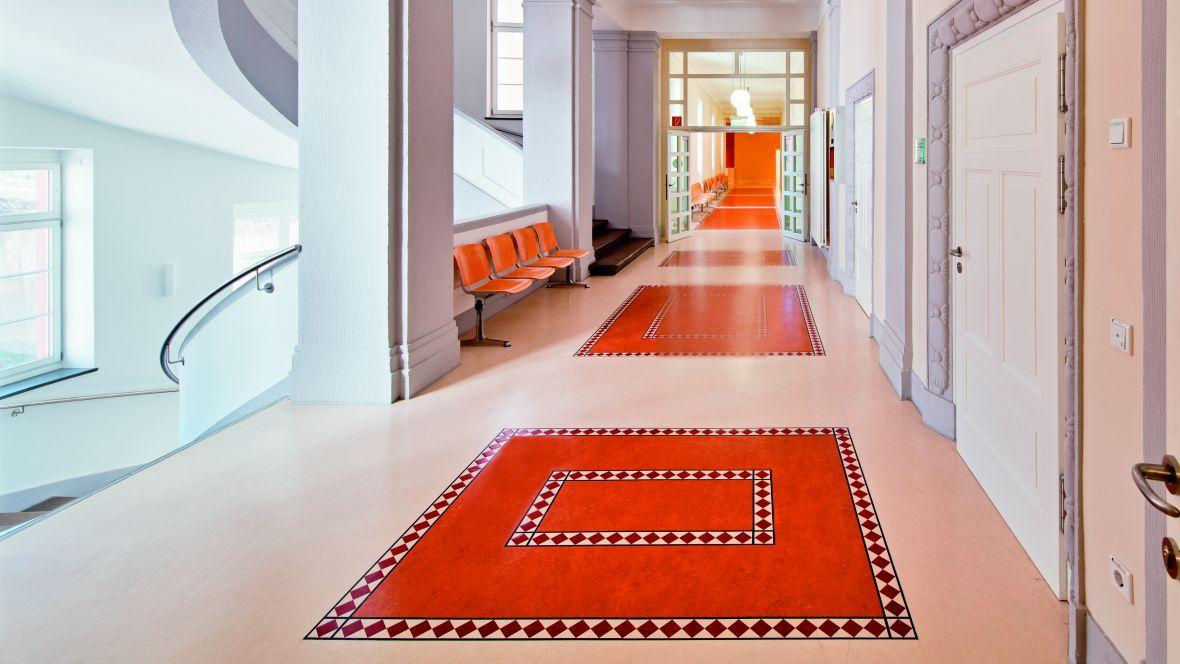 Amtsgericht Offenbach Gang im historischen Gebäude mit Intarsien im Boden – Forbo Marmoleum Fresco