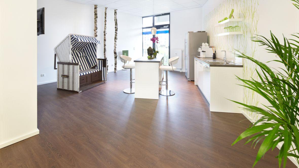 Signal Iduna Köln Kaffeeküche mit Strandkorb – Forbo Allura Wood