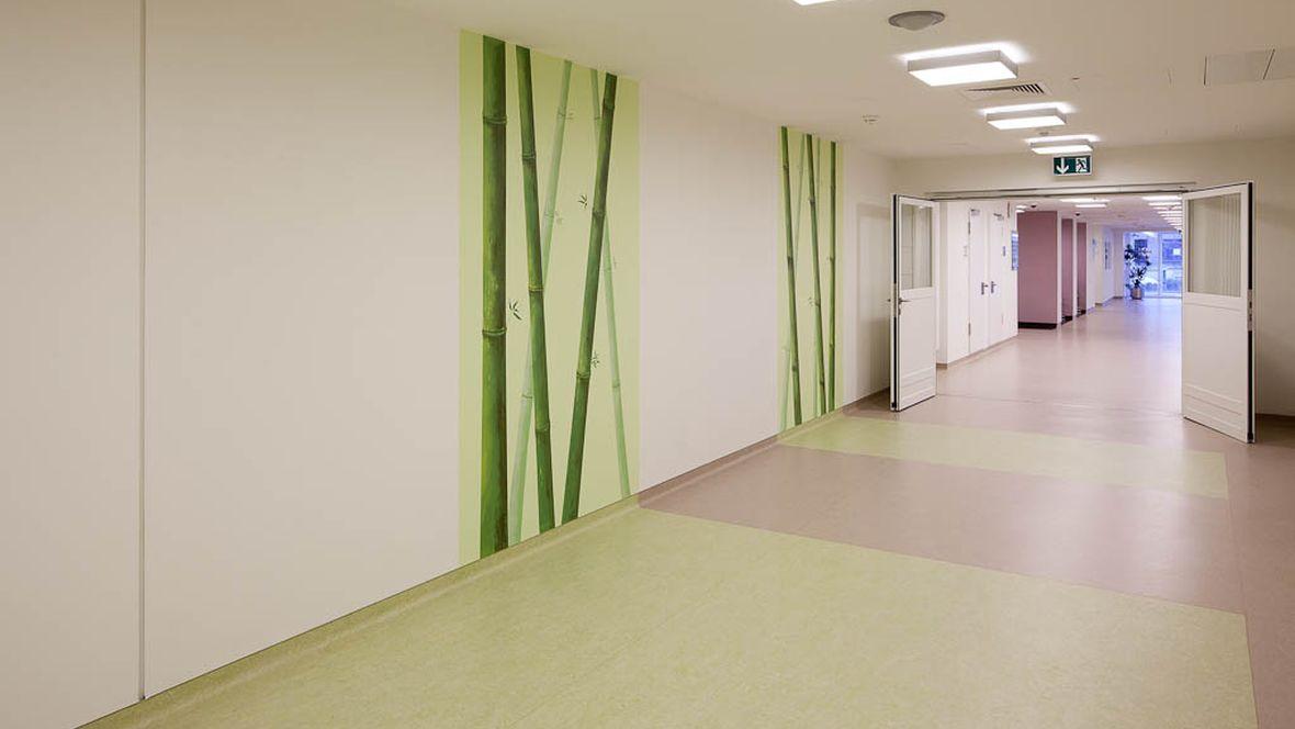Berufsgenossenschaftliches Unfallkrankenhaus Hamburg Grün und beige zonierter Gang – Forbo Marmoleum Fresco