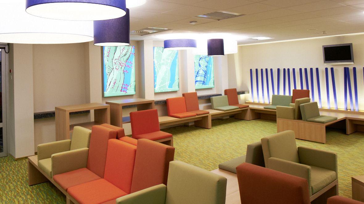 Vitos Orthopädische Klinik Kassel Grün-gemusterter Boden vor diversen Sitzgelegenheiten – Forbo Flotex Vision Bahnenware