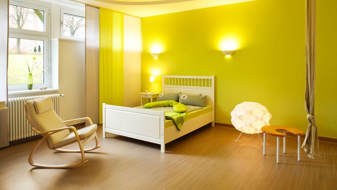 Geburtshaus Paderborn Patientenzimmer mit grüner Wand – Forbo Striato Original