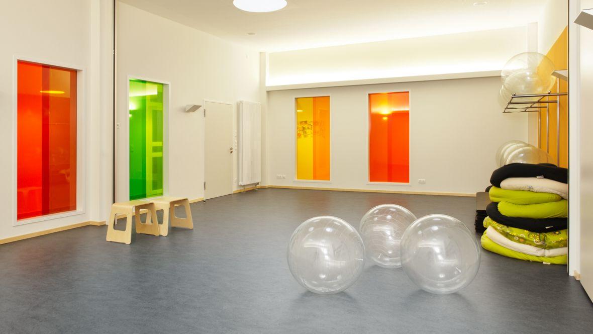 Geburtshaus Paderborn Gymnastikraum mit Bällen – Forbo Marmoleum Fresco