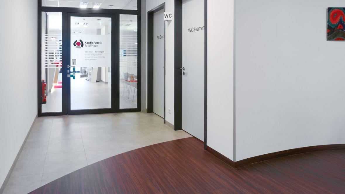 Ärztezentrum Tuttlingen Eingang mit Glastüren – Forbo Allura Wood