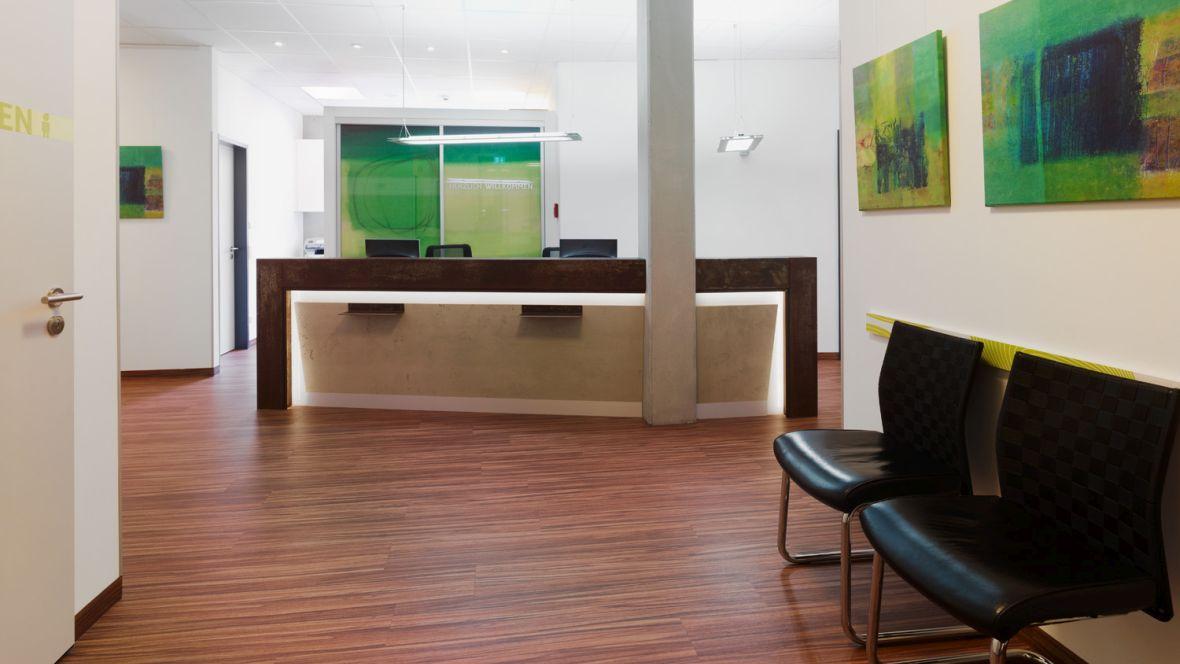 Ärztezentrum Tuttlingen Patientenempfangs- und Wartebereich – Forbo Allura Wood