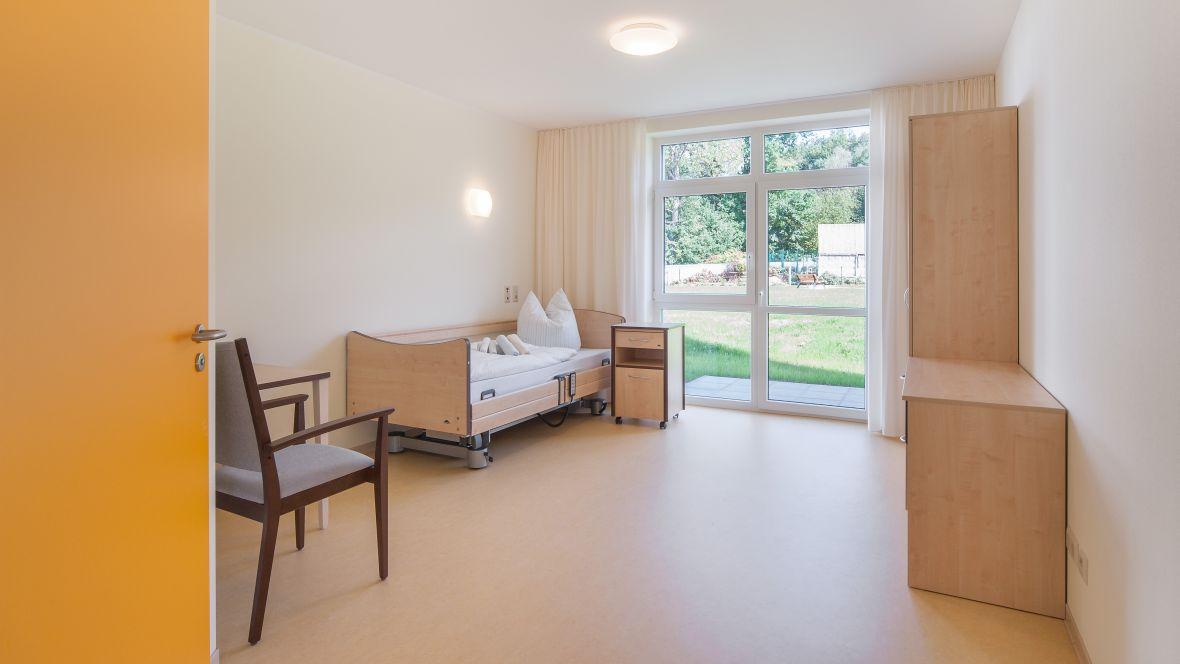 PflegeWohnen Bethanien Leipzig Zimmer mit Pflegebett – Marmoleum Fresco