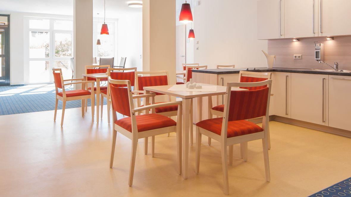 PflegeWohnen Bethanien Leipzig Stühle und Tische auf Linoleumboden – Marmoleum Fresco