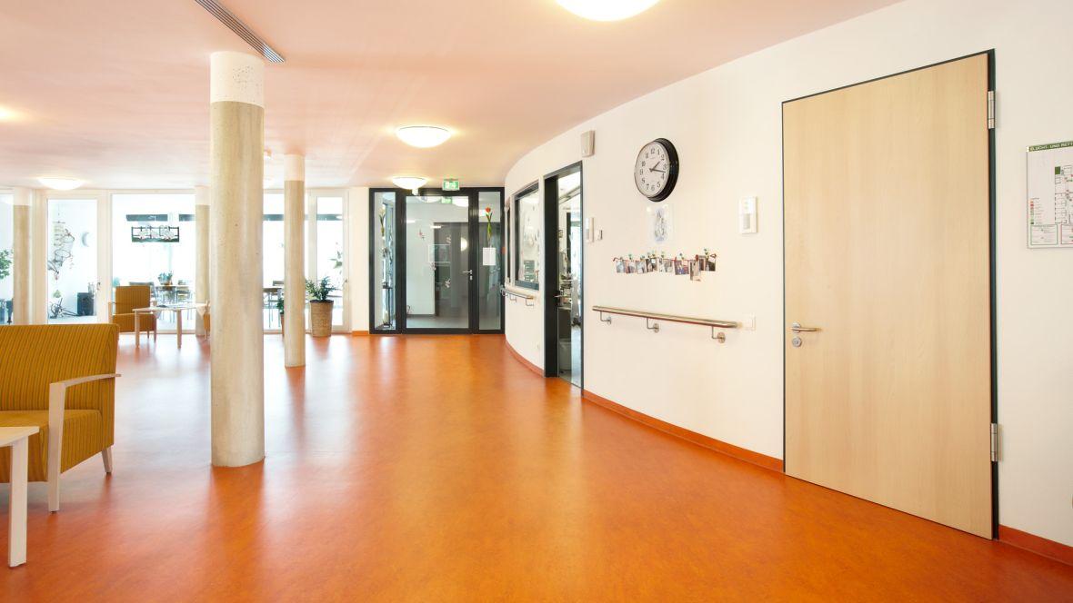 """Neubau Seniorenanlage """"Heidehof"""" Hattingen Flur mit Polstermöbeln – Forbo Marmoleum Fresco"""