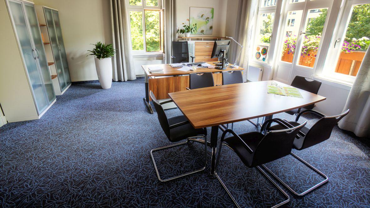 Lebenshilfe Magdeburg Büroarbeitsplatz und Besprechungstisch – Forbo Novilux Design Graphic
