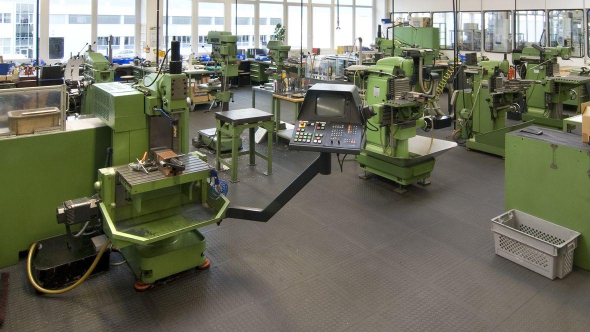 Playmobil Zirndorf Maschinen in Produktionshalle – Forbo R11 Plus