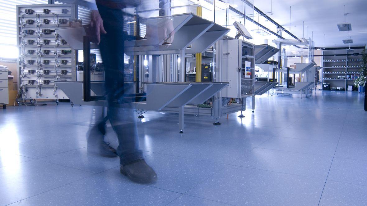VIPA Herzogenaurach Detailaufnahme Person läuft auf leitfähigem Bodenbelag – Forbo Colorex EC