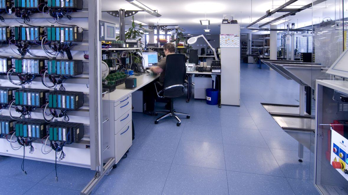 VIPA Herzogenaurach Person am Büro-Arbeitsplatz – Forbo Colorex EC