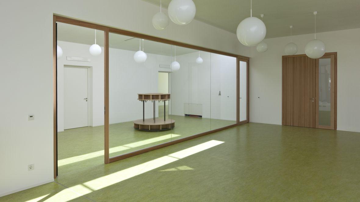 Caritas Kindergarten St. Peter und Paul Landshut leerer Raum mit grünem Boden – Forbo Marmoleum Decibel