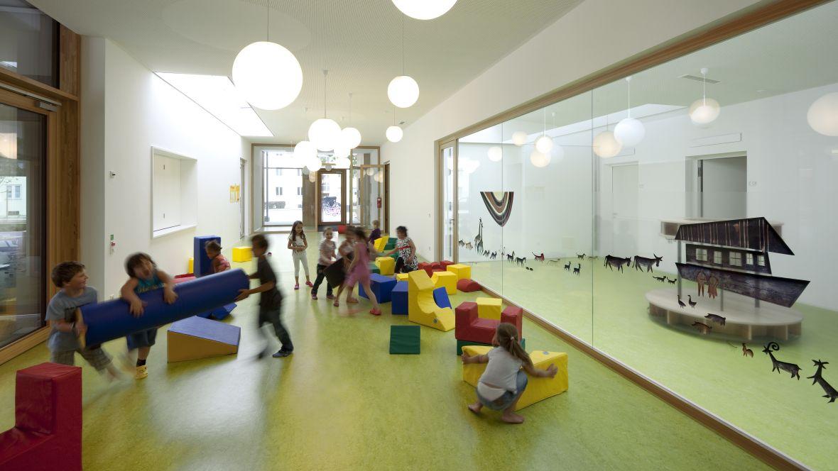 Caritas Kindergarten St. Peter und Paul Landshut spielende Kinder – Forbo Marmoleum Decibel