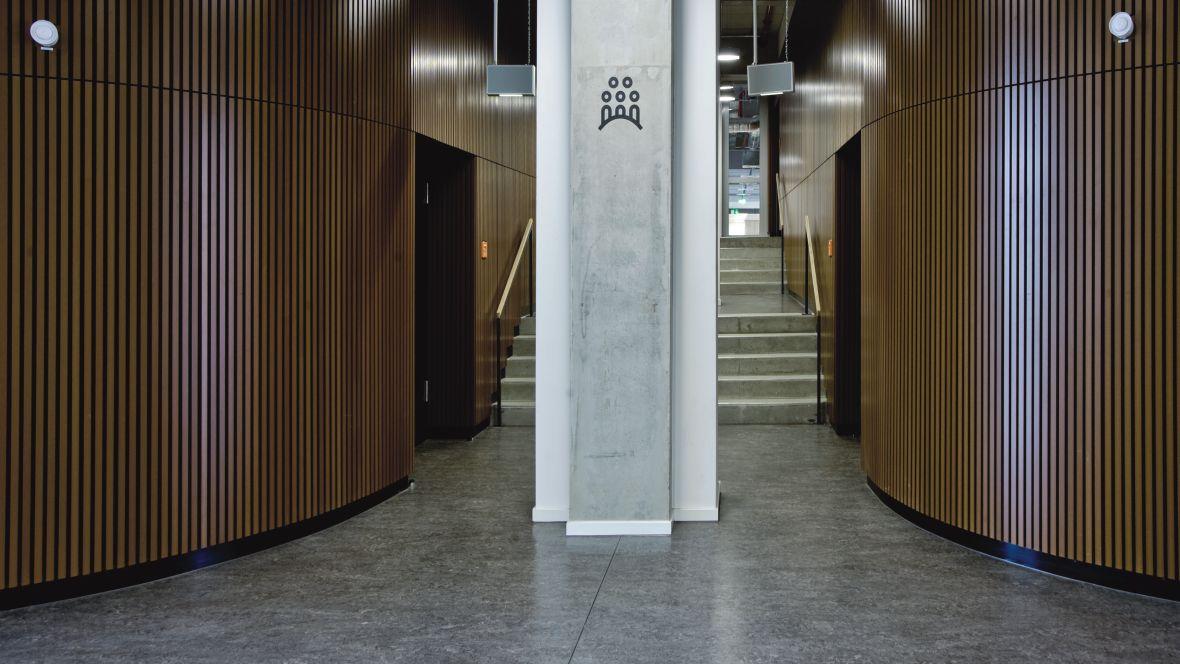 Hochschule für Technik und Wirtschaft Berlin Oberschönweide Blick auf Pfeiler vor Treppenaufgang – Forbo Marmoleum Acoustic