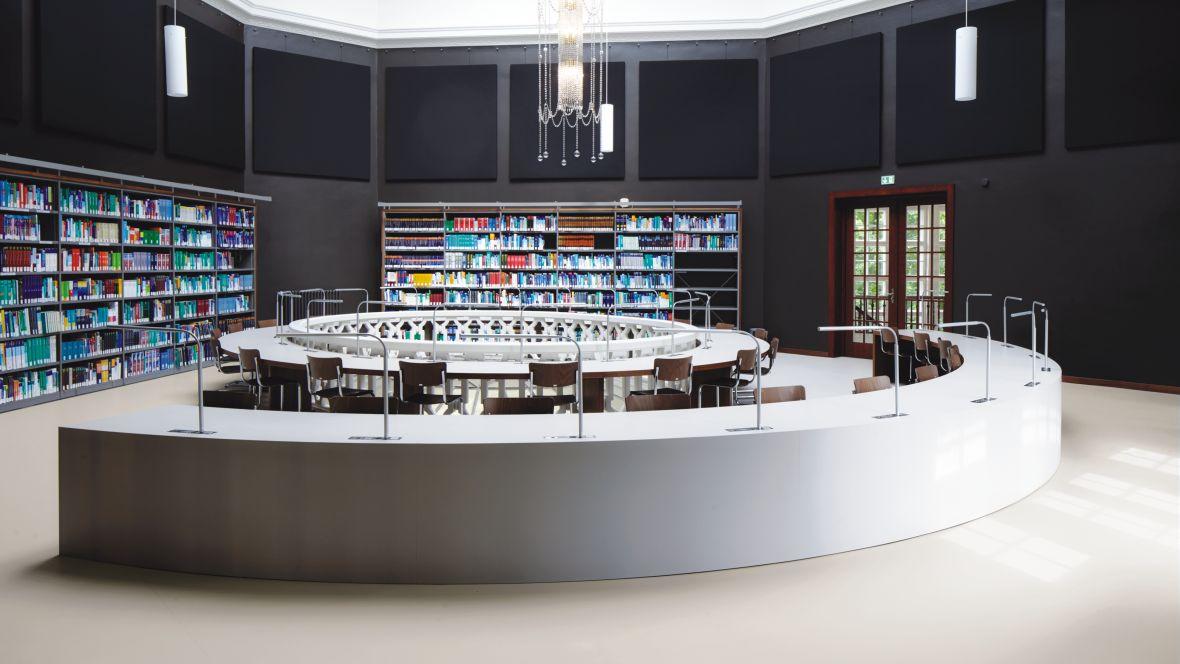 Fachbibliothek Medizinische Lesehalle München Rund und Halbrund angeordnete Lesetische – Forbo Walton Uni