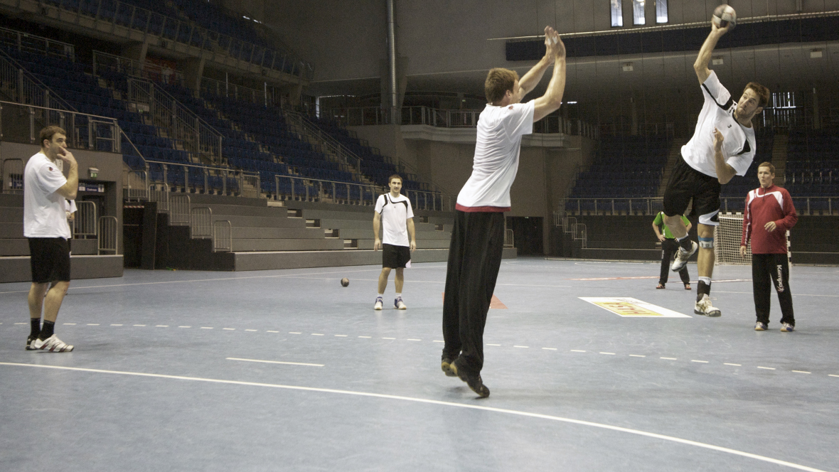 Bördelandhalle Magdeburg Handballer im Spiel - Forbo Marmoleum Sport