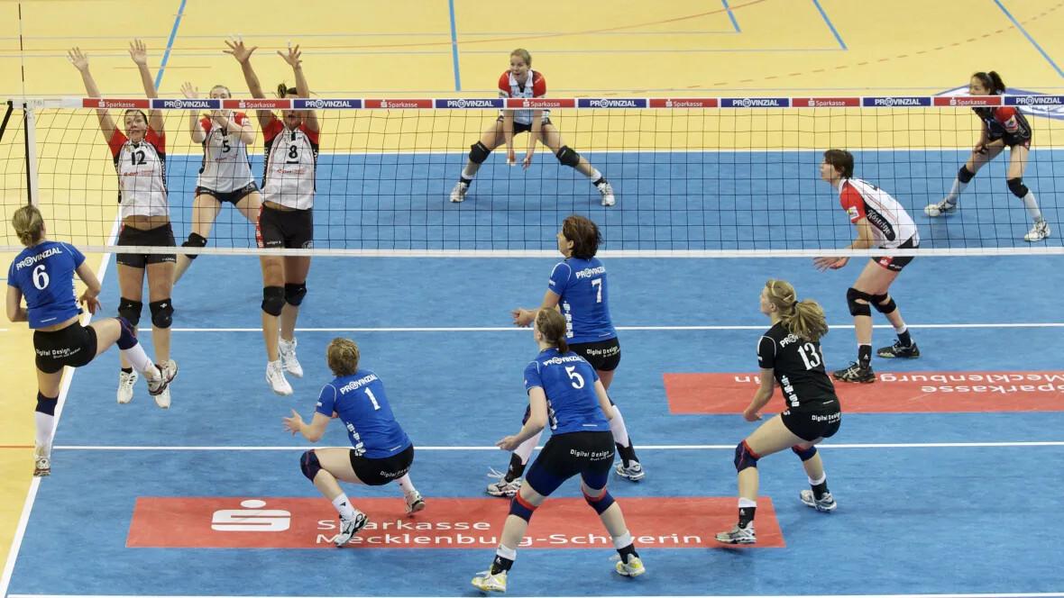 Sporthalle Lamprechtsgrund Schwerin Volleyball-Damenmannschaft im Spiel – Forbo Marmoleum Sport
