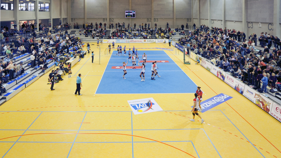 Sporthalle Lamprechtsgrund Schwerin Volleyballspiel mit Zuschauern – Forbo Marmoleum Sport