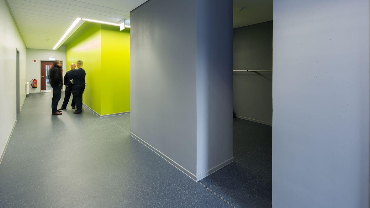 Feuerwehrhaus und Rettungswache Frimmersdorf-Neurath Gang mit grauem Boden – Forbo Surestep Original