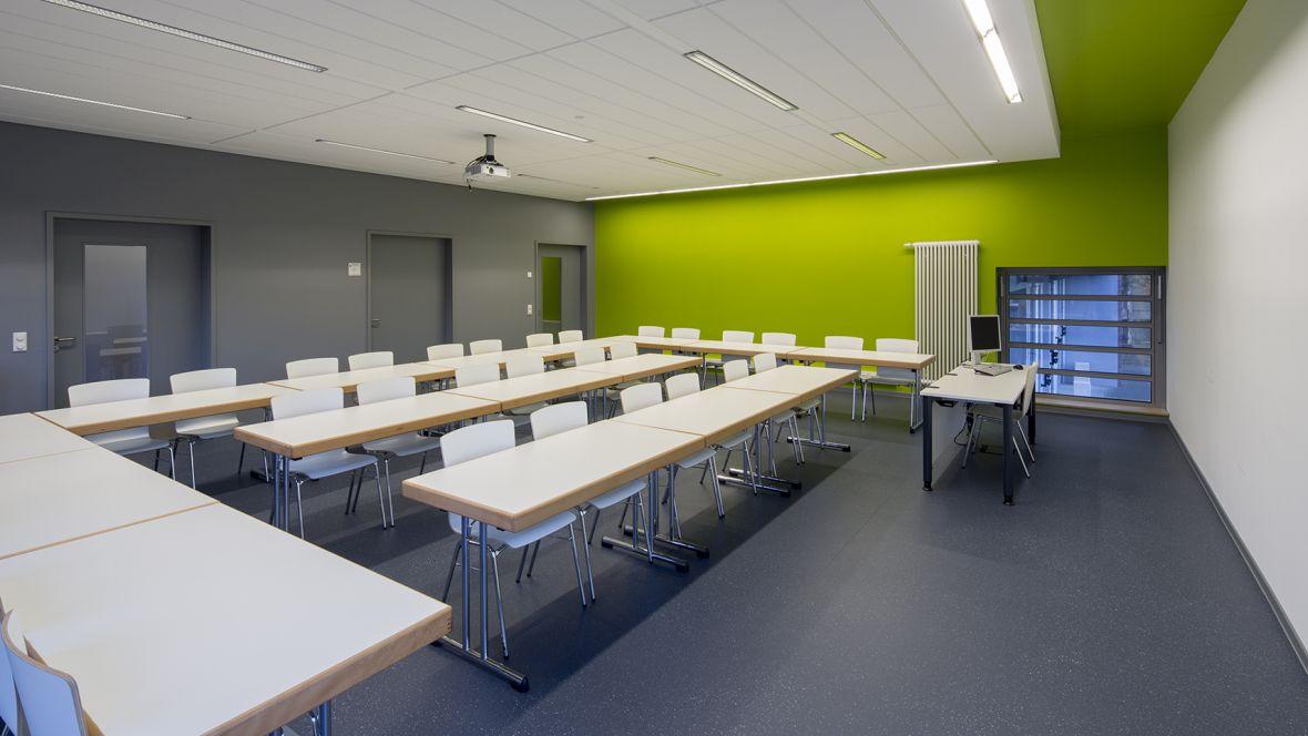Feuerwehrhaus und Rettungswache Frimmersdorf-Neurath Besprechungsraum mit grüner Wand – Forbo Surestep Original