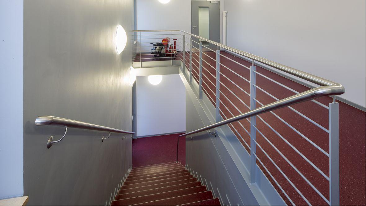Feuerwehrhaus und Rettungswache Frimmersdorf-Neurath Treppenhaus mit rotem Boden – Forbo Surestep Original